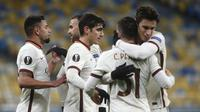 Para pemain AS Roma merayakan gol kedua ke gawang Shakhtar Donetsk yang dicetak striker Borja Mayoral dalam laga leg kedua babak 16 besar Liga Europa 2020/2021 di Olimpiyskiy Stadium, Kiev, Kamis (18/3/2021). AS Roma menang 2-1 atas Shakhtar. (AP/Efrem Lukatsky)