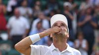 Petenis Spanyol Roberto Bautista Agut merayakan kemenangan atas Guido Pella pada perempat final Wimbledon 2019. (AFP/Ben Stansall)