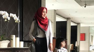 Venna Melinda mulai terlihat sering tampil dengan hijab pada awal Ramadan lalu. Ia kerap membagikan aktivitasnya di media sosial Instagram dalam balutan hijab. (Liputan6.com/IG/@vennamelindareal)