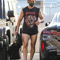 Aktor Milo Ventimiglia Tertangkap Kamera sedang menggunakan celana pendek setelah GYM (dok Twitter @gabbyscordo/Muhammad Thoifur)