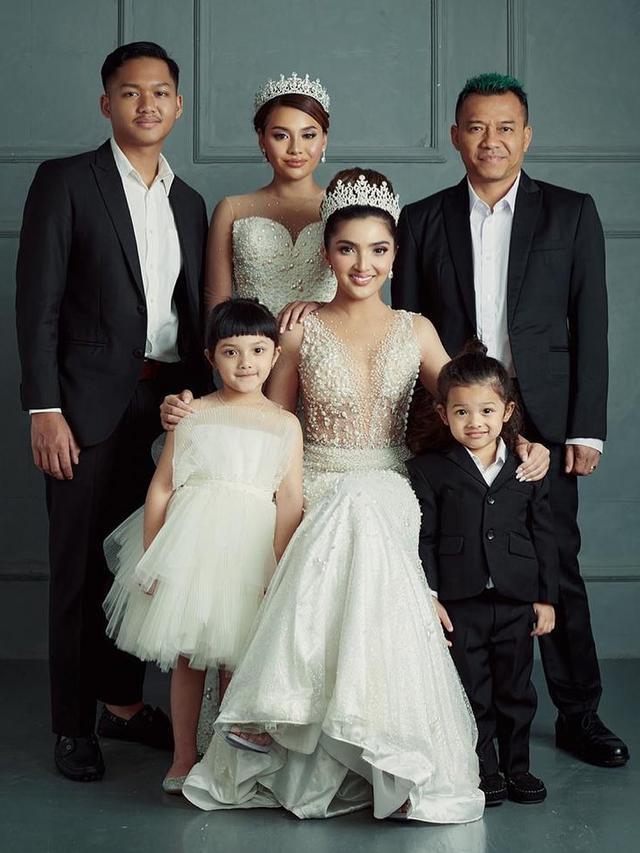[Fimela] Keluarga Anang Hermansyah dan Ashanty