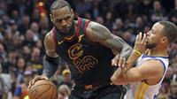 Pemain Cleveland, LeBron James (kiri) mencoba melewati adangan pemain Warriors, Stephen Curry pada gim ketiga final NBA basketball di Quicken Loans Arena, (6/6/2018). Warriors kalahkan Cavaliers 110-102. (Joshua Gunter/The Plain Dealer via AP)