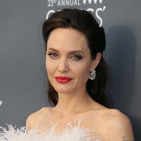 Angelina Jolie memang selalu miliki tubuh yang langsing. Namun dengan berat badan yang turun drastis, ia membuat para penggemar khawatir. (JEAN-BAPTISTE LACROIX  AFP)