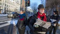 Aktivis membagikan surat kabar tiruan The Washington Post di Washington, DC, Rabu (16/1). Laporan utama berita palsu itu menceritakan Presiden Donald Trump bergegas meninggalkan Gedung Putih untuk mengakhiri krisis. (Tasos Katopodis/Getty Images/AFP)