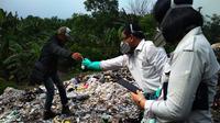 Beberapa petugas sibuk mengumpulkan berbagai sampel limbah medis di tempat pembuangan sampah sementara (TPS) di Desa Panguragan Wetan, Kabupaten Cirebon, Jabar. (Liputan6.com/Panji Prayitno)