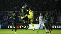 Paulo Goncalves lakukan duel udara melawan kiper Persita, Annas Fitrianto pada laga pekan ketiga Shopee Liga 1 2020. (Bola.com/Yoppy Renato)