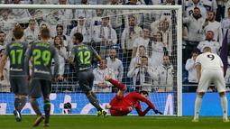 Kiper Real Madrid Thibaut Courtois gagal menepis tendangan penalti pemain Real Sociedad Willian pada laga pekan ke-18 La Liga Spanyol di Santiago Bernabeu, Minggu (6/1). Real Sociedad meraih kemenangan 2-0 atas Real Madrid. (AP Photo/Paul White)