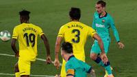 Penyerang Barcelona Antoine Griezmann (kanan) mencetak gol ketiga untuk timnya ke gawang Villareal dalam pekan ke-34 La Liga Spanyol di stadion La Ceramica, Minggu (5/7/2020). Barcelona sukses menumbangkan Villarreal dengan skor telak 4-1. (AP Photo/Jose Miguel Fernandez)