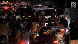 Keramaian arus mudik pesepeda motor memadati Jalur Kalimalang, Bekasi, Jawa Barat, Rabu (13/6) pagi. Data sementara tercatat hingga pagi ini sekitar 40 ribuan kendaraan roda dua melintas jalur Kalimalang arah Pantura. (Merdeka.com/Iqbal S. Nugroho)