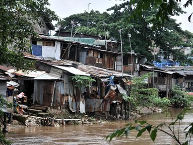 Suasana permukiman di bantaran Kali Ciliwung, Jakarta, Minggu (3/3). Bencana banjir kiriman masih menjadi ancaman warga yang tinggal di bantaran Kali Ciliwung, terlebih saat hujan deras terus mengguyur kawasan hulu di Bogor. (merdeka.com/Iqbal S. Nugroho)