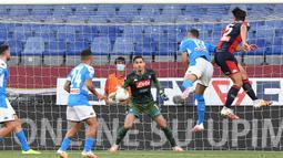 Pemain Genoa, Edoardo Goldaniga, berebut bola dengan pemain Napoli pada laga lanjutan Seria A di Stadion Comunale Luigi Ferraris, Kamis (9/7/2020) dini hari WIB. Napoli menang 2-1 atas Genoa. (Tano Pecoraro/LaPresse via AP)