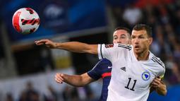 Di luar dugaan, Bosnia malah mampu unggul terlebih dahulu di menit ke-36. Gol diciptakan oleh Edin Dzeko lewat aksinya yang mampu lepas dari dua kawalan bek Prancis. (Foto: AFP/Franck Fife)