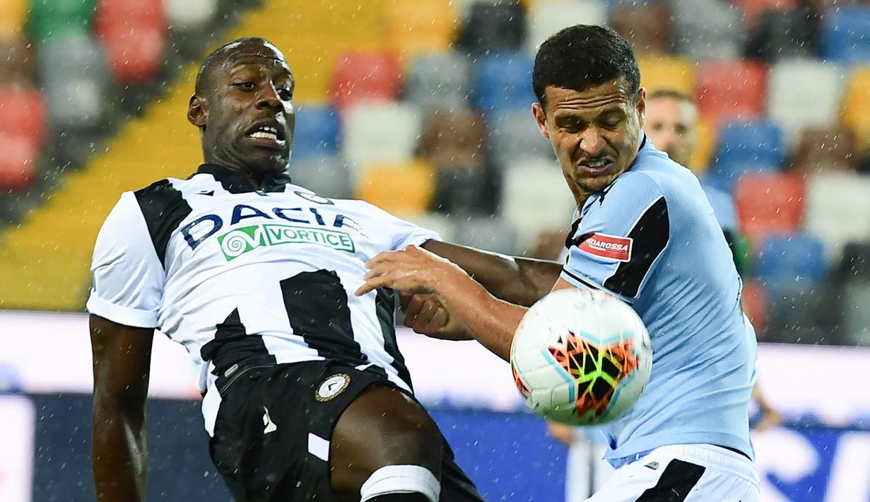 Bek Lazio, Luiz Felipe, berebut bola dengan penyerang Udinese, Stefano Okaka, pada laga lanjutan Serie A pekan ke-33 di Dacia Arena, Kamis (16/7/2020) dini hari WIB. Lazio bermain imbang 0-0 atas Udinese. (AFP/Miguel Medina)