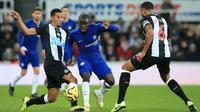Pemain Chelsea N'Golo Kante (tengah) berusaha melewati pemain Newcastle United Joelinton (kiri) dan Jamaal Lascelles (kanan) pada pertandingan Liga Inggris di St James' Park, Newcastle, Inggris, Sabtu (18/1/2020). Newcastle United menang 1-0. (Lindsey Parnaby/AFP)