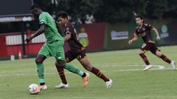 Striker Bhayangkara FC, Ezechiel N'Douassel, saat melawan PSM Makassar pada laga uji coba di Stadion PTIK, Jakarta, Rabu, (5/2/2020). Bhayangkara FC takluk 0-1 dari PSM Makassar. (Bola.com/M Iqbal Ichsan)