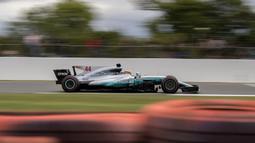 Pebalap Mercedes, Lewis Hamilton, berada di posisi pertama F1 GP Inggris di Sirkuit Silverstone, Minggu (16/7/2017). Pebalap 32 tahun asal Inggris itu melahap 51 lap dengan catatan waktu 1 jam 21 menit 27,430 detik. (EPA/Valdrin Xhemaj)
