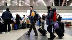 Wisatawan berjalan melalui Terminal 3 O'Hare Airport untuk mudik sebelum perayaan Thanksgiving  di Chicago, , Rabu (23/11). Banyak masyarakat AS pulang ke kampung halamannya pada hari pengucapan syukur atau Thanksgiving. (REUTERS/Kamil Krzaczynski)