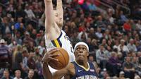 Guard New Orleans Pelicans Rajon Rondo (kanan) dihalangi forward Utah Jazz Joe Ingles pada laga NBA 2017-2018 di Vivint Smart Home Arena, Sabtu (1/12/2017) atau Minggu (2/12/2017) WIB. (AP Photo/Rick Bowmer)
