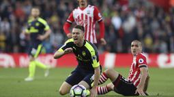 Pemain Southampton, Oriol Romeu (kanan) melakukan pelangaran terhadap pemain Arsenal, Aaron Ramsey pada laga Premier League di St Mary's stadium, Southampton, (10/5/2017). Arsenal menang 2-0. (AP/Alastair Grant)