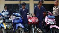 Sepeda motor hasil curian dan pelaku curanmor yang berhasil diringkus polisi. (Antara)