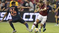 Fabio Borini berusaha melewati pemain Bayern Munchen pada laga ICC 2019. (AFP/Tim Vizer)
