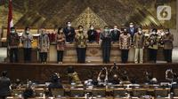 Sejumlah menteri kabinet Indonesia Maju foto bersama Pimpinan DPR usai pengesahan UU Cipta Kerja pada Rapat Paripurna di Kompleks Parlemen, Jakarta (5/10/2020). Rapat tersebut membahas berbagai agenda, salah satunya mengesahkan RUU Omnibus Law Cipta Kerja menjadi UU. (Liputan6.com/JohanTallo)