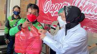 Menteri Sosial (Mensos) Tri Rismaharini atau Risma eninjau dapur gotong royong yang dikelola DPC PDIP Jakarta Timur. (Foto: Dokumentasi PDIP).