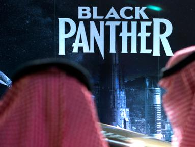 Pengunjung menunggu dekat banner film Black Panther selama acara gala undangan di King Abdullah Financial District Theatre, ibu kota Riyadh, Rabu (18/4). Setelah pelarangan selama 35 tahun, bioskop kembali beroperasi di Arab Saudi. (AP/Amr Nabil)