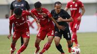 Gelandang Madura United, Slamet Nurcahyo (kanan) dijaga ketat dua pemain Persik Kediri dalam laga Grup C Piala Menpora 2021 di Stadion Si Jalak Harupat, Bandung, Sabtu (3/4/2021). (Bola.com/Ikhwan Yanuar)