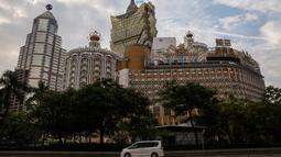 Pandangan Kasino Lisboa yang telah ditutup menyusul ancaman Topan Mangkhut di Makau, Minggu (16/9). Makau menutup semua kasino untuk pertama kalinya dalam sejarah akibat badai terbesar tahun ini yang bergerak dari Filipina ke China. (AFP/ISAAC LAWRENCE)