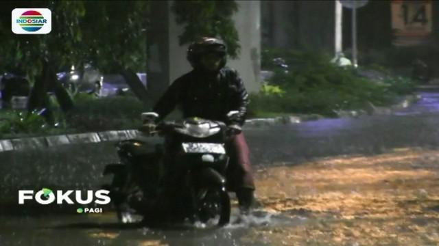 Hujan deras yang mengguyur Ibu Kota, Rabu (4/4) dini hari, mengakibatkan genangan air di sejumlah titik. Akibatnya, kendaraan roda dua yang menerobos banjir mengalami mogok.