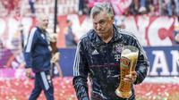 Carlo Ancelotti  saat merayakan keberhasilan timnya meraih gelar Bundeslia 2016-2017 dengan siraman Beer oleh para pemain Bayern Munchen di Munich, Jerman, (20/5/2017). (EPA/Christian Bruna)