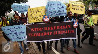 Jurnalis dari Ikatan Jurnalis Lintas Media, Pewarta Foto Indonesia Jakarta dan Lensa Pusat gelar aksi solidaritas terhadap korban pemukulan jurnalis oleh oknum TNI AU di Medan, di depan Kantor Menkopolhukam, Jakarta, (25/8).  (Liputan6.com/Faizal Fanani)