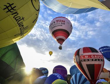 Aneka Balon Udara Warna-warni Hiasi Langit Inggris