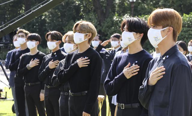 BTS dalam Hari Pemuda Korea Selatan di Gedung Biru, Seoul, Korea Selatan. (Lee Jin-wook/Yonhap via AP)