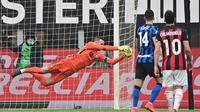 Samir Handanovic tampil gemilang saat mengawal gawang Inter Milan pada laga pekan ke-23 Serie A kontra AC Milan di San Siro, Minggu (21/2/2021) malam WIB. Berkat peran Handanovic, Inter menang 3-0 atas Milan. (AFP/Miguel Medina)