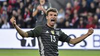 Pemain Jerman,Thomas Muller, merayakan golnya ke gawang Norwegia pada laga Grup C Kualifikasi Piala Dunia 2018 di Stadion Ullevaal, Oslo, Norwegia, (5/9/2016) dini hari WIB. Jerman menang 3-0. (AFP/John Macdougall)