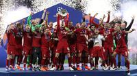 Pemain Liverpool Jordan Henderson mengangkat trofi juara Liga Champions usai mengalahkan Tottenham Hotspur di Stadion Wanda Metropolitano, Madrid, Spanyol, Sabtu (1/6/ 2019). (AP Photo/Francisco Seco)
