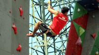 Pelatnas panjat tebing di Kompleks Stadion Mandala Krida, Yogyakarta, sebagai persiapan tampil di Asian Games 2018. (Bola.com/Ronald Seger Prabowo)