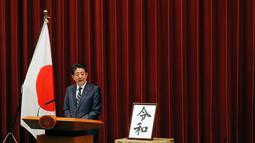 Perdana Menteri Jepang, Shinzo Abe memberikan sambutan saat pengumuman nama era baru kekaisaran Jepang di Tokyo, Senin (1/4). Reiwa, menjadi nama era yang baru Jepang mulai 1 Mei 2019 setelah Kaisar Akihito turun takhta pada akhir April mendatang. (AP/Eugene Hoshiko)