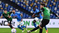 Pemain tengah Sassuolo, Manuel Locatelli, mencetak gol melalui tendangan penalti ke gawang Napoli dalam lanjutan Liga Italia Serie A di Stadion San Paolo, Napoli, Minggu (1/11/2020). Sassuolo menang 2-0 atas Napoli. (AFP/Tiziana Fabi)