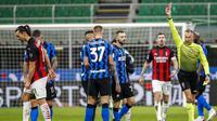 Striker AC Milan, Zlatan Ibrahimovic, mendapat kartu merah saat melawan Inter Milan pada laga perempat final Coppa Italia di Giuseppe Meazza, Selasa (26/1/2021). Inter Milan menang dengan skor 2-1. (AP/Antonio Calanni)