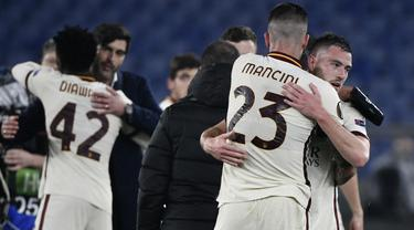 Gelandang AS Roma, Jordan Veretout (kanan) bersama Gianluca Mancini merayakan hasil imbang 1-1 melawan Ajax Amsterdam usai berakhirnya laga leg kedua perempatfinal Liga Europa 2020/2021 di Olimpico Stadium, Roma, Kamis (15/4/2021). AS Roma lolos ke semifinal. (AFP/Filippo Monteforte)