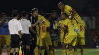 Pemain Bhayangkara FC merayakan gol yang dicetak Bruno matos ke gawang PSM Makassar pada laga Shopee Liga 1 di Stadion PTIK, Jakarta, Selasa (29/10).Bhayangkara menang 3-2 atas PSM. (Bola.com/Yoppy Renato)