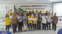 Pemberian beasiswa sebagai bagian dari program MIND ID Untuk Papua.
