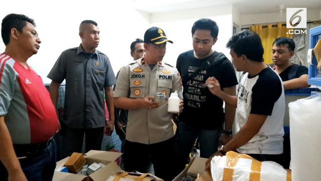 Polsek Kembangan menemukan gudang narkoba di apartemen. Polisi menyebut gudang ini milik sindikat narkoba.