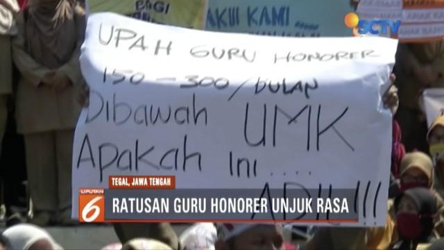 Ratusan guru honorer berunjuk rasa di Kantor Bupati Tegal menuntut pengangkatan jadi PNS.