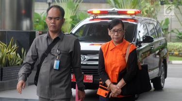 Direktur PT Tashida Sejahtera Perkasa, Irene Irma berjalan dikawal petugas akan menjalani pemeriksaan lanjutan oleh penyidik terkait kasus suap proyek pembangunan SPAM PUPR  di gedung KPK, Jakarta, Senin (18/2). (Merdeka.com/Dwi Narwoko)