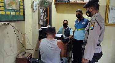 Polisi menangkap AT, pelaku penyerangan Mapolsek Bangilan Tuban. (Ahmad Adirin/Liputan6.com)