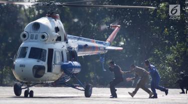 Helikopter kepolisian melakukan evakuasi saat simulasi pengamanan Pilpres 2019 di Lapangan Akpol Semarang, Jawa Tengah, Selasa (18/9). Simulasi dihadiri oleh Kapolda Jawa Tengah, Pangdam IV Diponegoro, dan Gubernur Jateng. (Liputan6.com/Gholib)